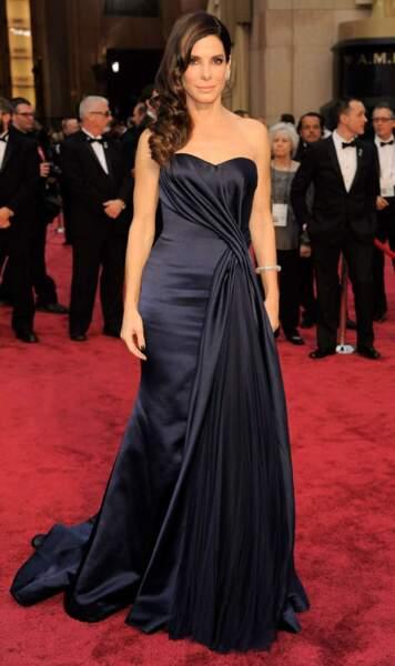 Sandra Bullock, absolument somptueuse, en bustier bleu