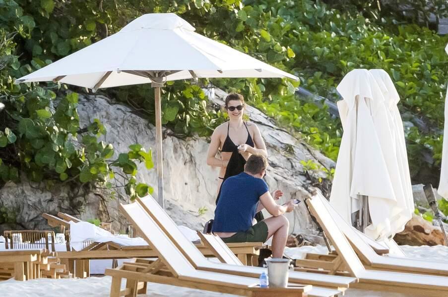 Et papotage sur la plage pour Rachel Weisz et son mari Daniel Craig.