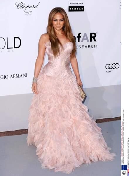 Au gala de l'AMFAR de2010, Jennifer Lopez nous fait penser à un oiseau avec sa robe en plumes roses.