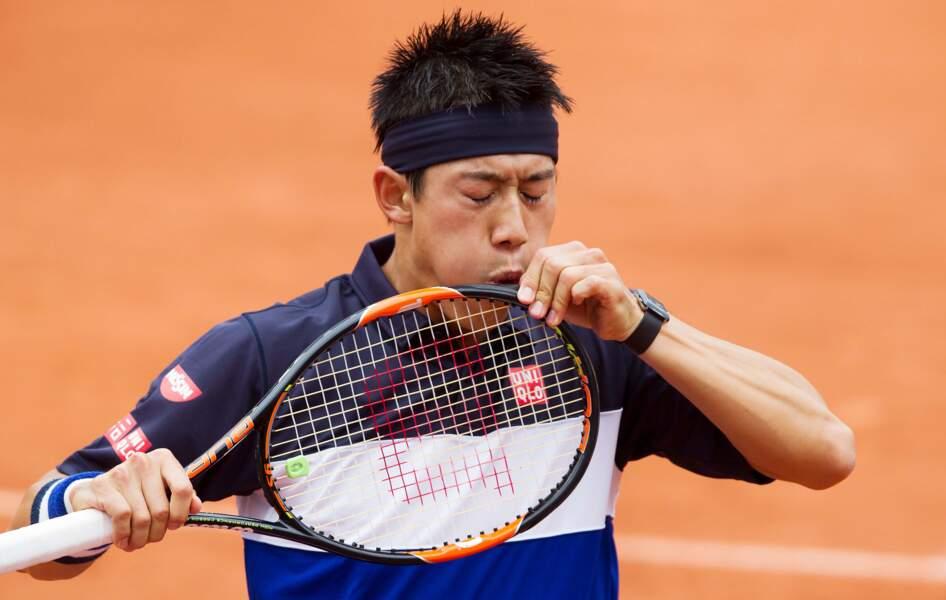 Kei Nishikori prend sa raquette pour un barbecue
