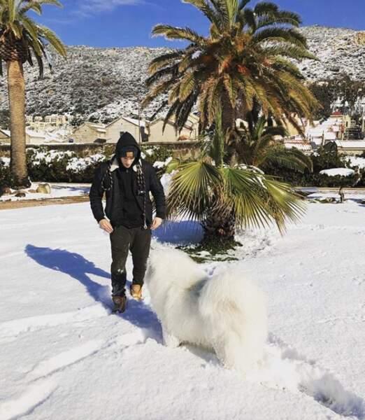 Courageux, Grégoire Lyonnet a sorti son gros toutou John Snow gambadaient dans la neige d'Ajaccio