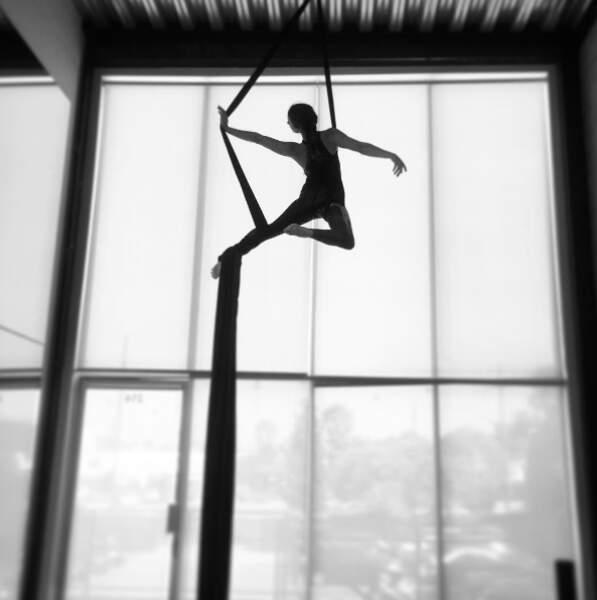 Troian Bellisario de Pretty Little Liars est toujours aussi douée en fly yoga.
