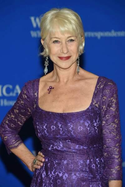 """Helen Mirren a rendu hommage à Prince avec une robe très """"Purple Rain"""" et le Love symbol"""