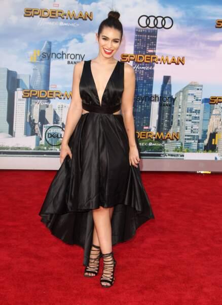 Ashley Iaconetti, une candidate de télé-réalité dans une jolie robe de soirée