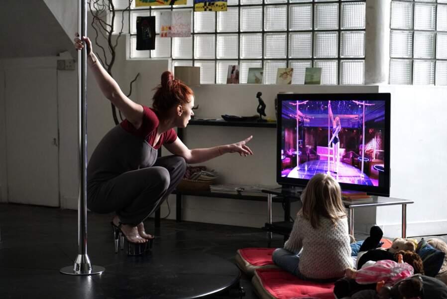 Dix pour cent (2015) : l'actrice n'hésite pas à jouer l'auto-dérision et s'initie au pole dance