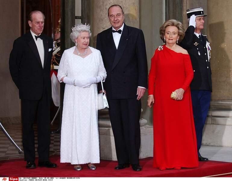 En 2004, le couple royal prend la pose sur le perron de l'Élysée avec les Chirac