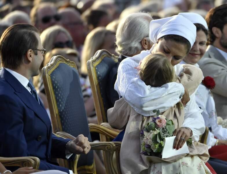 La princesse Victoria enlace et embrasse sa fille, la princesse Estelle. Un moment plein de tendresse !