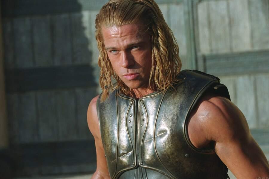 Brad Pitt, cheveux longs, regard perçant et bras musclés : irrésistible dans Troie (2004)