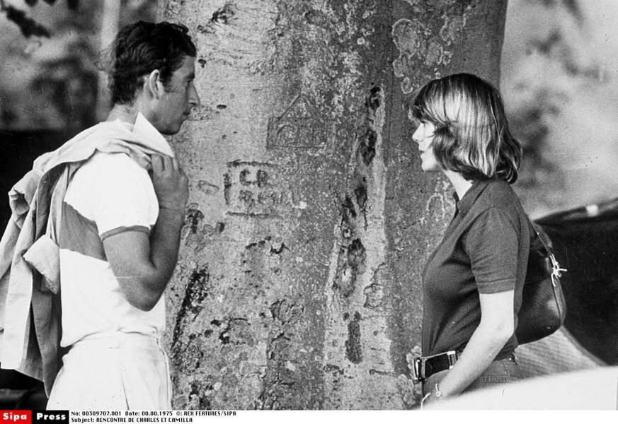 En 1970, Charles rencontre Camilla, son grand amour, à la faveur d'un match de polo, leur passion commune