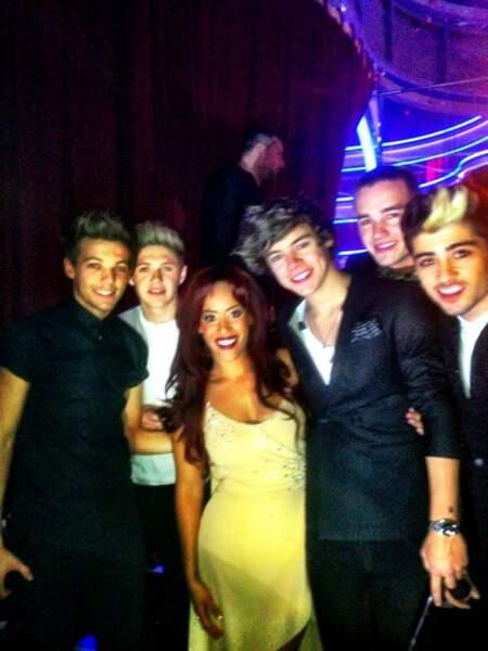 En posant avec les One Direction, Amel Bent ne va pas se faire que des copines...