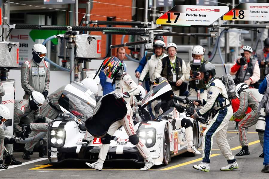 Au Mans, quand on change de pilote et de baquet, on fait le plein, on change les pneus et on nettoie le pare-brise.