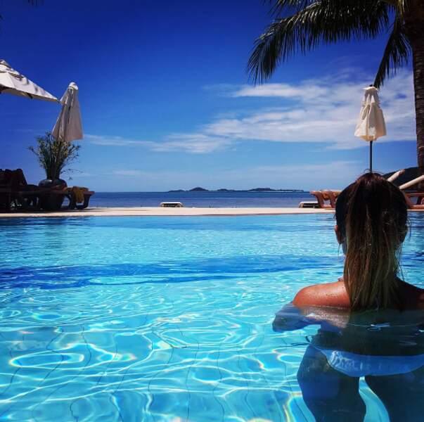 Pause piscine pour la jeune femme. Joli panorama !