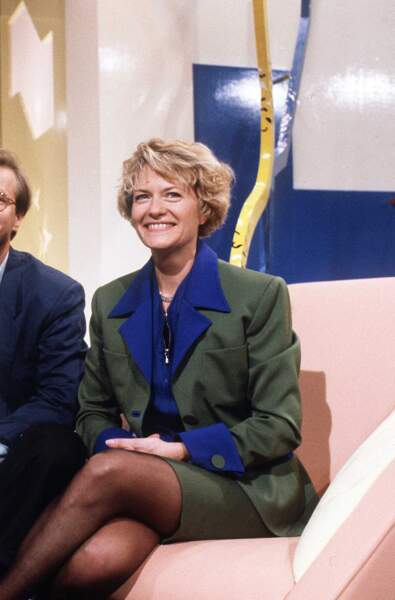 """1990 : Catherine Ceylac présente l'hebdomadaire politique """"Sucré Salé""""..."""