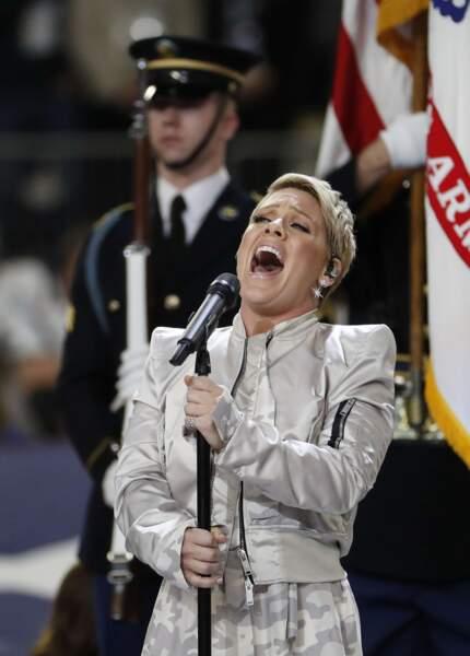 C'est Pink qui a ouvert le bal en chantant The Star-Spangled Banner, l'hymne américain