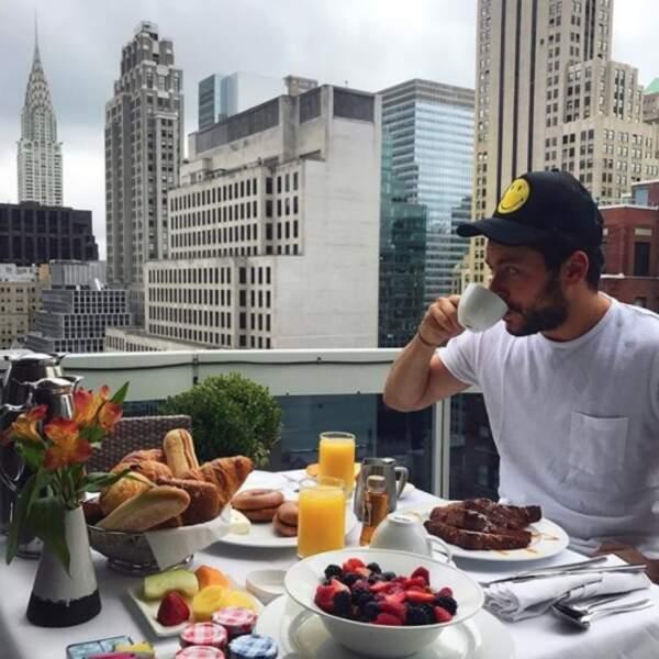 On aimerait bien être avec eux : Kev Adams et son petit-déj' new yorkais.