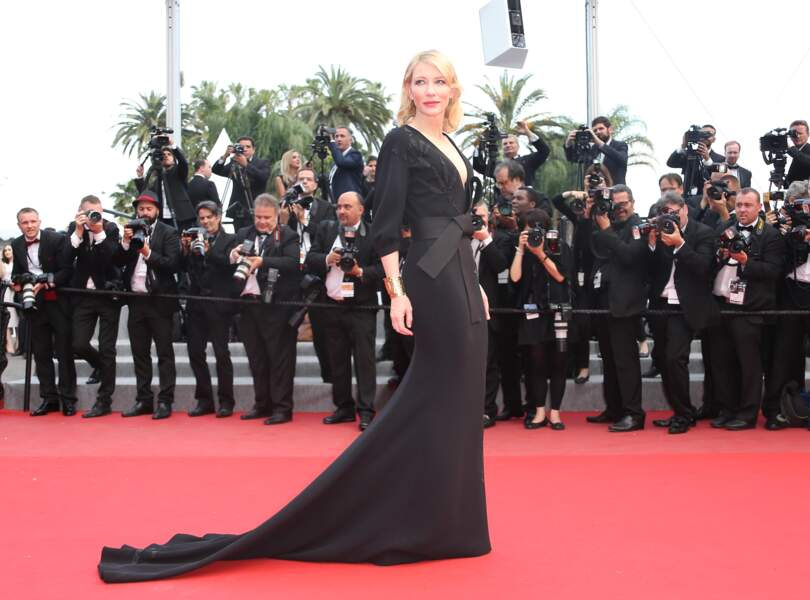 Cate Blanchett ultra sexy en robe noire créée par Giorgio Armani.