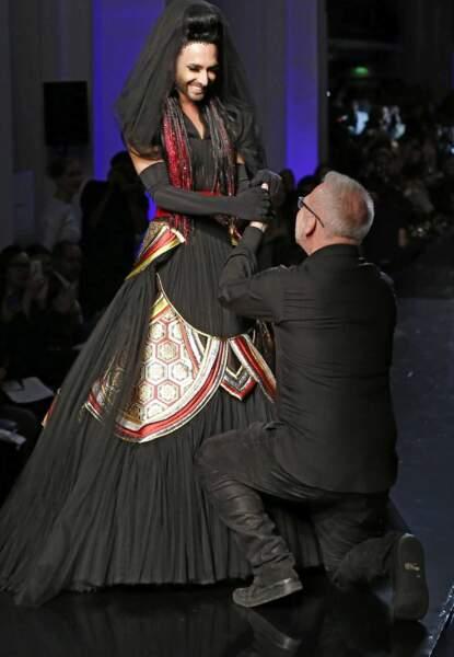 Irrésistible, Jean-Paul Gaultier se met même à genou pour la remercier !