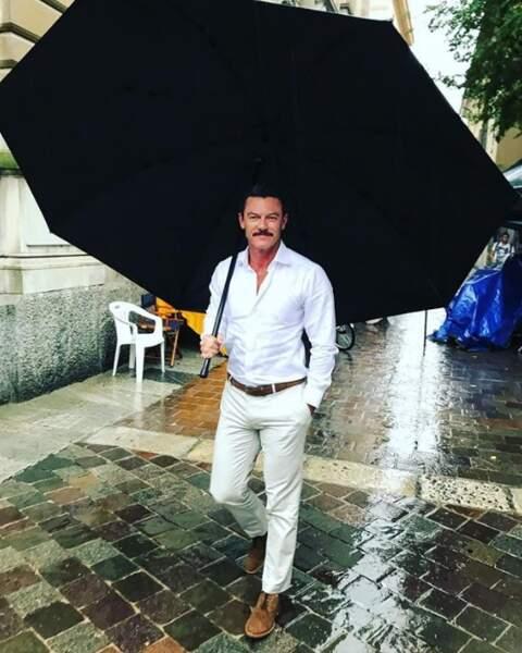 Luke Evans, lui, était bien équipé en cas d'orage à Côme en Italie.