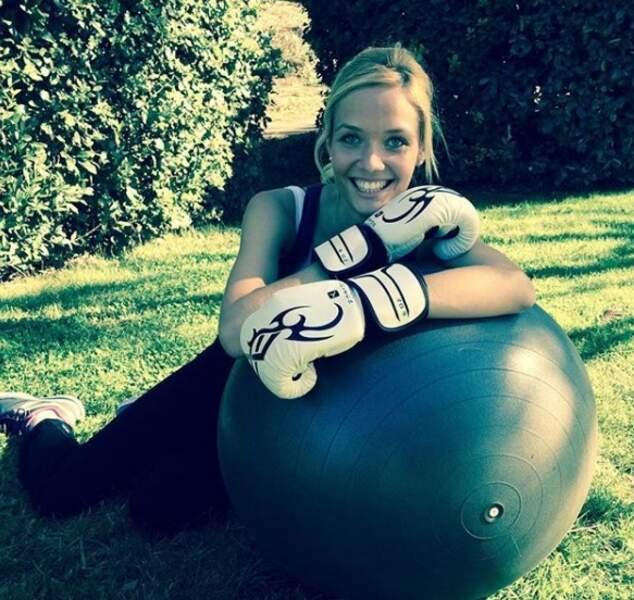 La jeune fille est sportive...