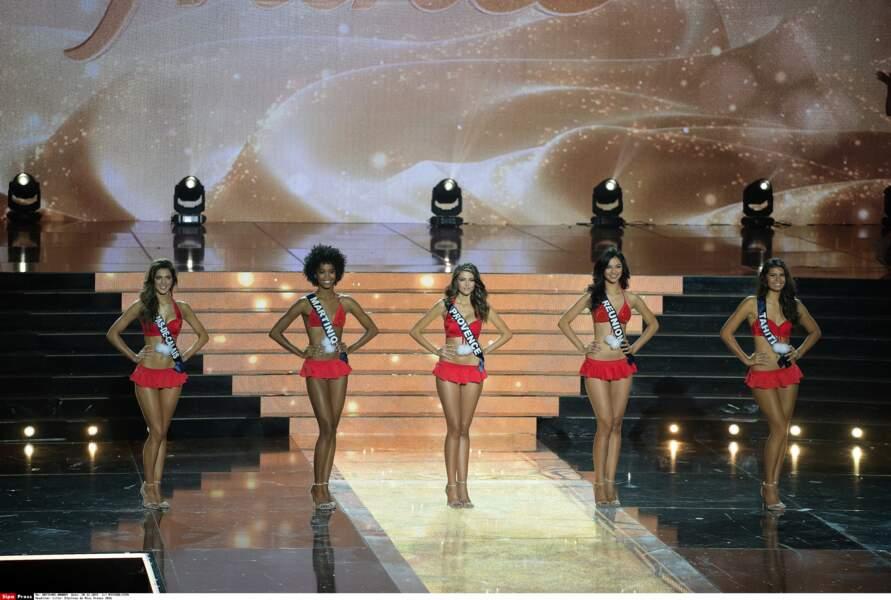 Les cinq finalistes ont ensuite posé en bikini…