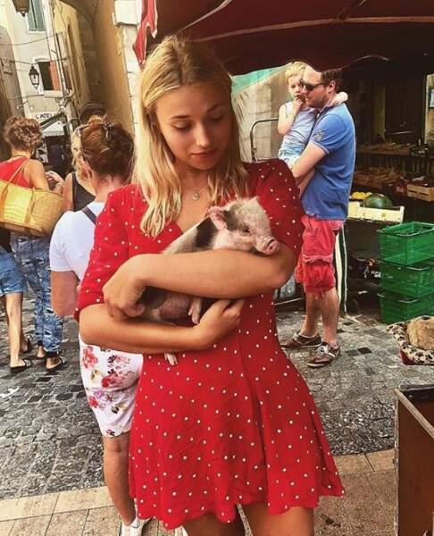 Et on rêve secrètement de faire des câlins à un bébé cochon, comme Chloé Jouannet. Des plaisirs simples.