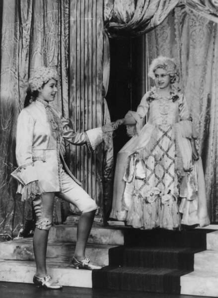 Malgré quelques obligations, les petites princesses prennent le temps de jouer des pièces de théâtre
