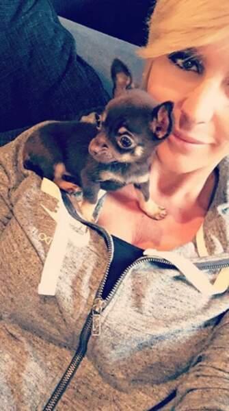 Et forcément elle aime les petits chiens... (mais ce n'est pas le sien)
