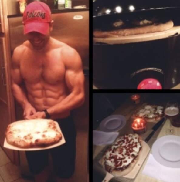 Même quand il fait cuire une pizza, il est torse nu
