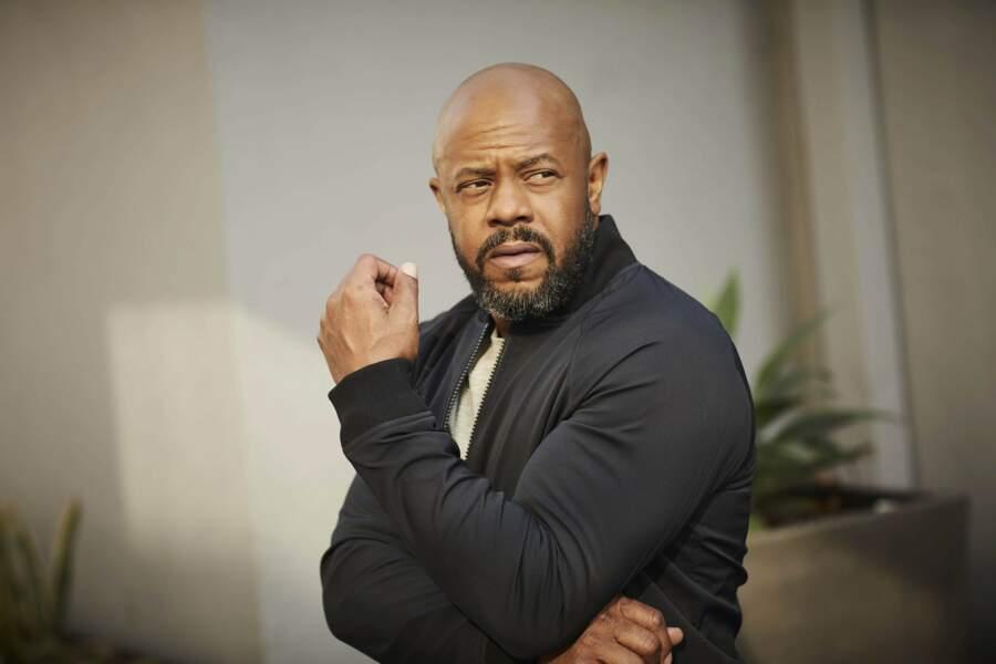 Rockmond Dunbar joue le rôle de Michael Grant, le mari d'Athéna