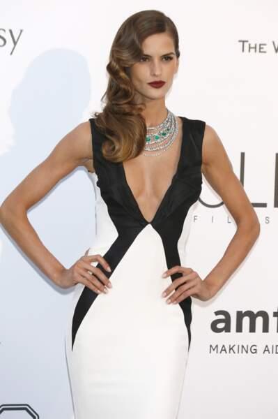Izabel Goulart, ravissante dans cette robe noire et blanche, lors du Gala de l'AmfAR