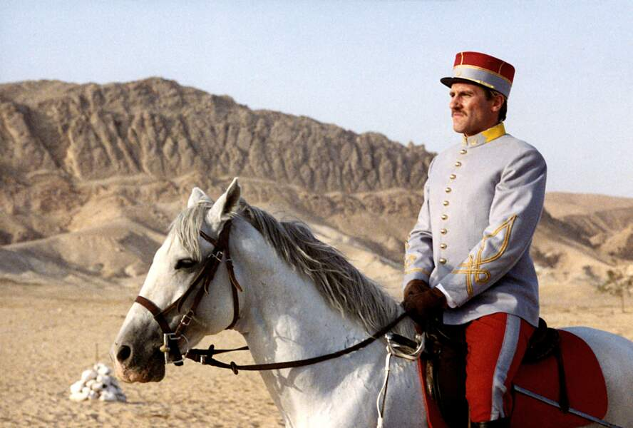 Le Lieutenant Charles Saganne (Gérard Depardieu) et son fier destrier dans Fort Saganne (1984)