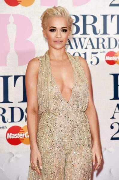 Rita Ora incendiaire en or