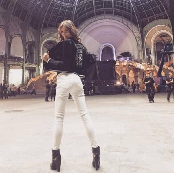 """Non, Lais Oliveira ne montre pas ses fesses mais le dos de sa veste, siglé """"Victoria's Secret Paris 2016""""."""