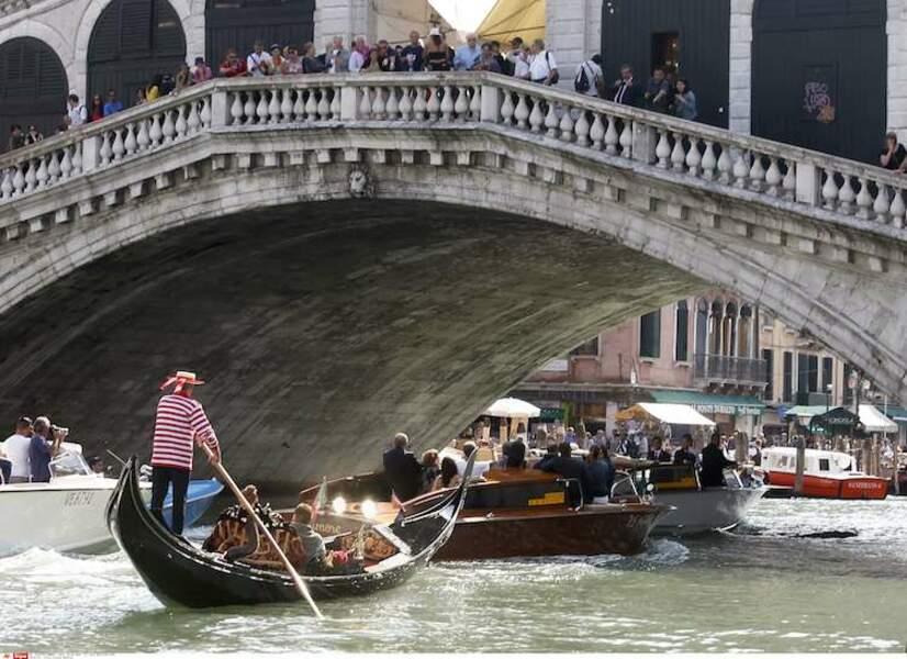 Si le pont Rialto a tenu jusqu'ici, il survivra à l'attroupement de badauds venus voir George !