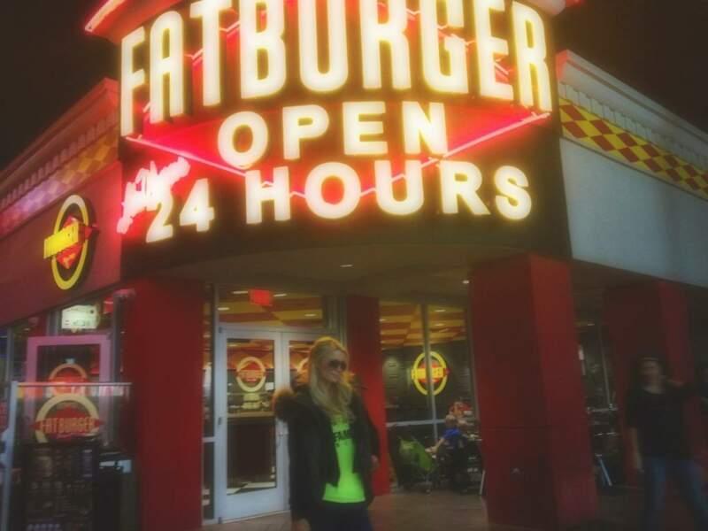 Paris Hilton a comme qui dirait une petite faim...