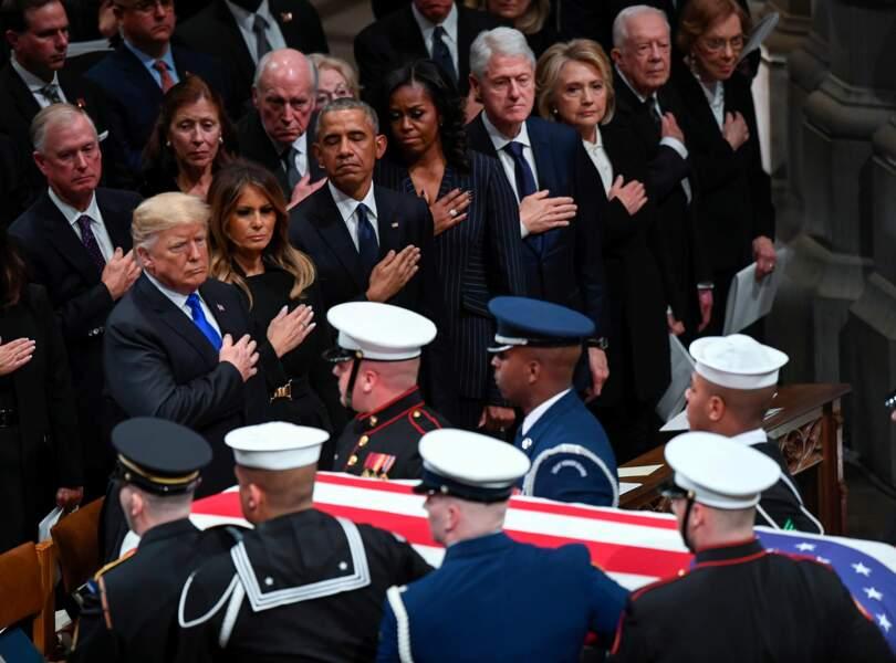 Les quatre couples présidentiels, la main sur le cœur, devant le passage du cercueil