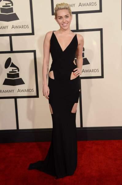 Voici Miley Cyrus, qui a opté pour une robe plutôt sobre....