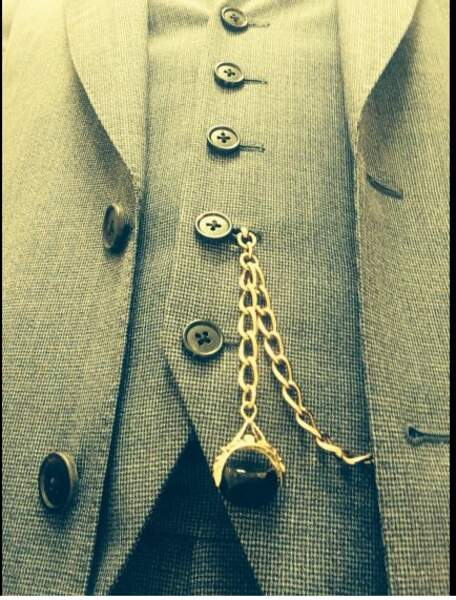 Photo rapprochée d'un costume... À qui appartient-il ? Réponse : Mycroft Holmes