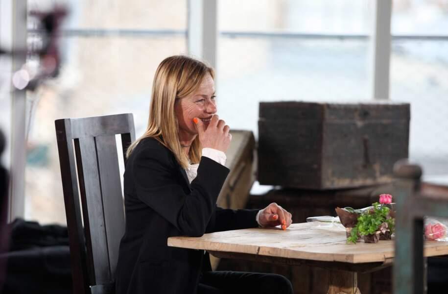 Sourire nerveux pour Françoise qui attend son premier prétendant pour le speed-dating.