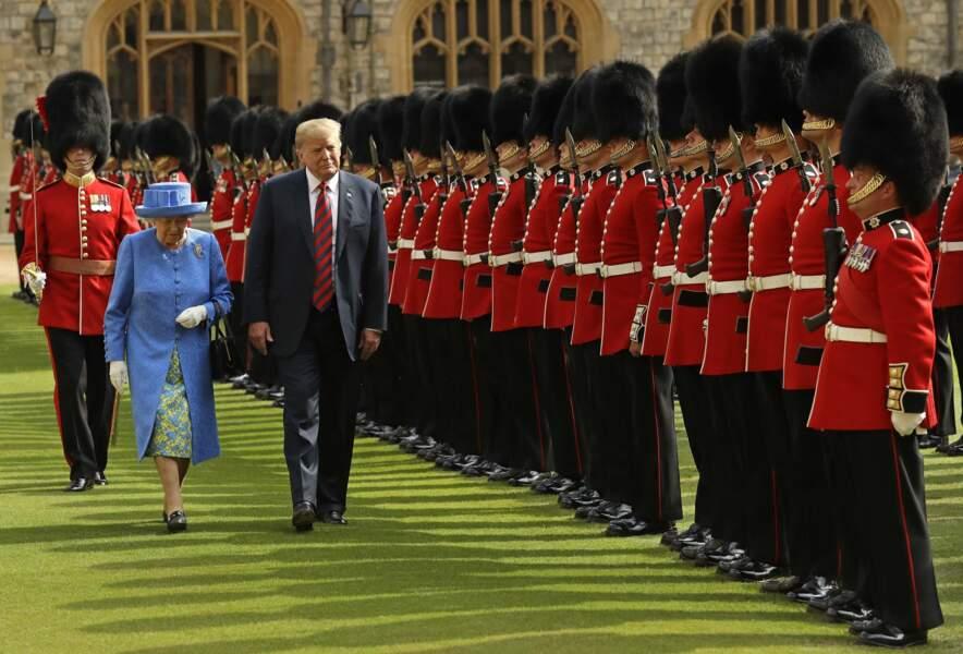 Elizabeth II et Donald Trump inspectent la Garde d'Honneur formée par les gardes du Château de Windsor