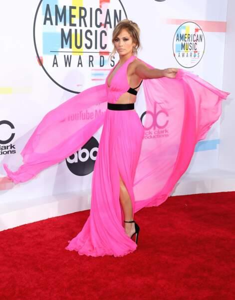 Aux American Music Awards 2018, elle s'est faite remarquer en robe mousseline rose, signée George Chakra.