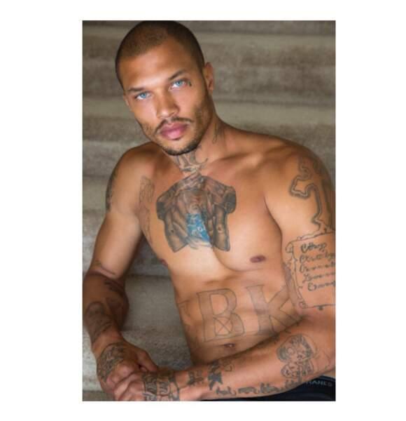 Regard bleu acier, tatouages, abdos dessinés... le bad boy a tout pour plaire