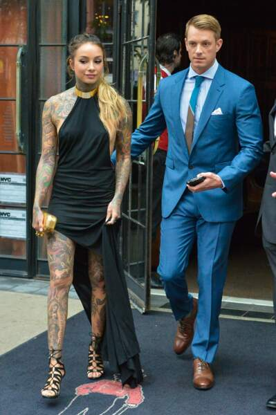 Joel Kinnaman, très classe avec sa compagne (très tatouée) Cleo Wattenstrom