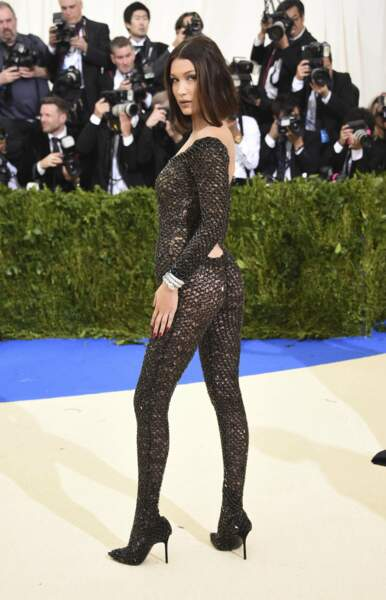 Des p'tits trous, des p'tits trous, toujours des p'tits trous : Bella Hadid ferait-elle un clin d'œil à Gainsbourg