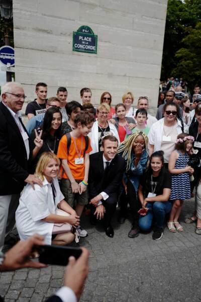 Avant de quitter la Concorde, Emmanuel Macron s'est ensuite offert un petit bain de foule