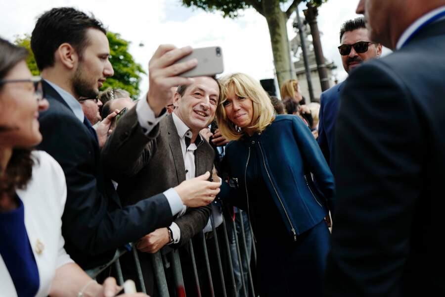 Tandis que Brigitte Macron posait avec des badauds pour quelques selfies