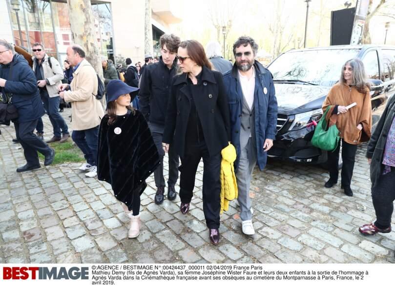 Mathieu Demy (fils d'Agnès Varda), sa femme Joséphine Wister Faure et leurs deux enfants à la sortie de l'hommage