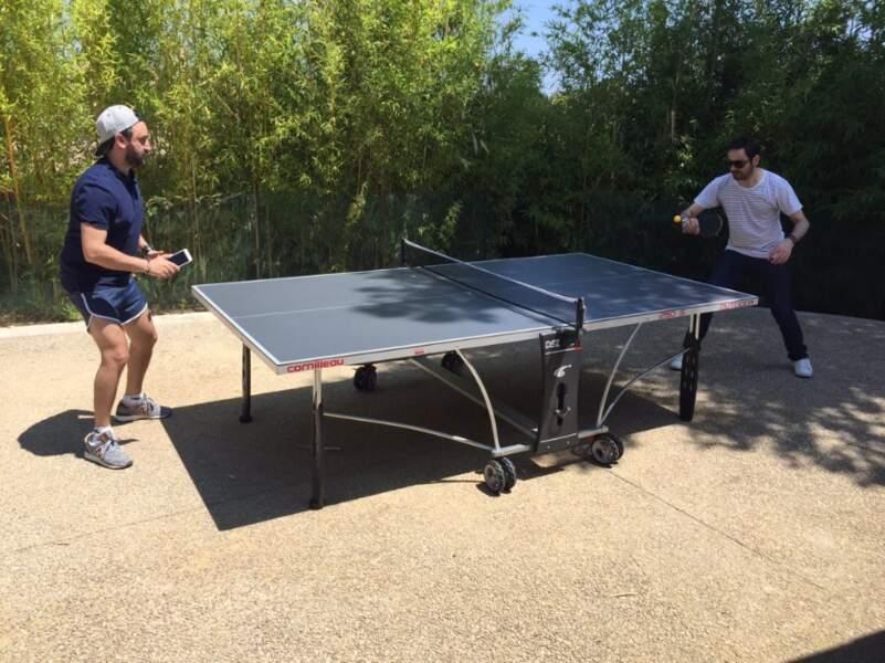 Entre deux sessions de travail, Camille Combal et Cyril Hanouna se laissent tenter par un petit ping-pong.
