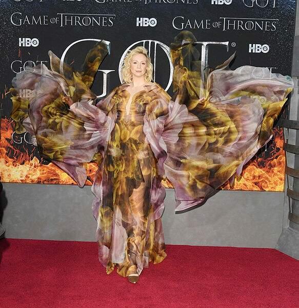 Brienne de Torth (Gwendoline Christie) a troqué son armure contre une robe incendiaire