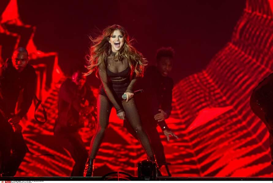 Contre un collant noir et des talons haut. Elle s'est aussi lancée dans la chanson !